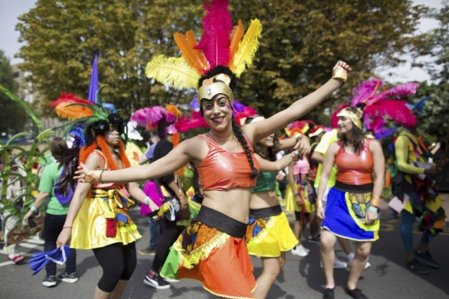 Danseurs aux costumes flamboyants et aux coiffures exotiques... (PHOTO JUSTIN TALLIS, AFP)