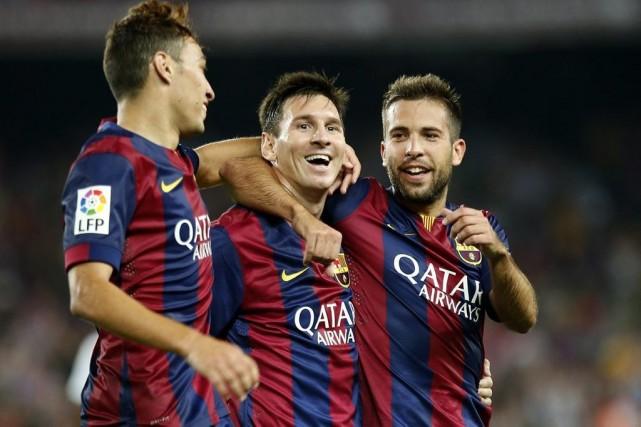 Lionel Messi (au centre) est félicité par ses... (PHOTO GUSTAU NACARINO, REUTERS)