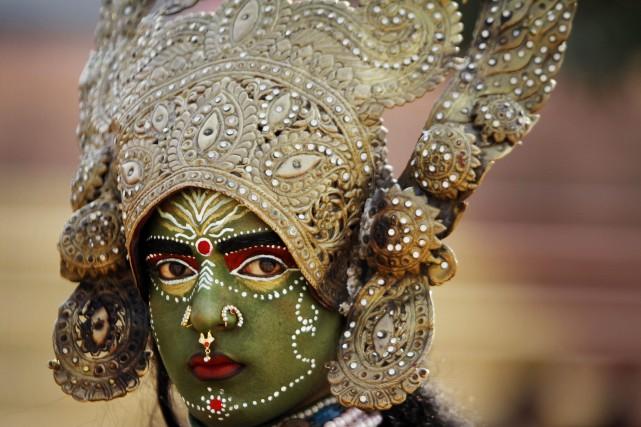 Une femme portant un costume traditionnel pour une... (Photo Channi Anand, Archives AP)