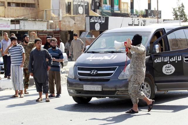 Un militant de l'État islamique utilise un mégaphone... (PHOTO REUTERS/STRINGER)
