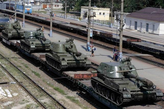 Un convoi de chars russes est stationné sur... (PHOTO ALEXANDER DEMIANCHUK, ARCHIVES REUTERS)
