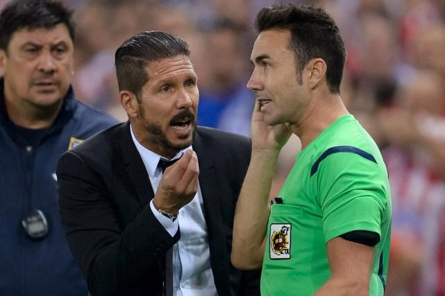 L'entraîneur de l'Atletico Madrid Diego Simeone (à gauche)... (Photo Dani Pozo, AFP)