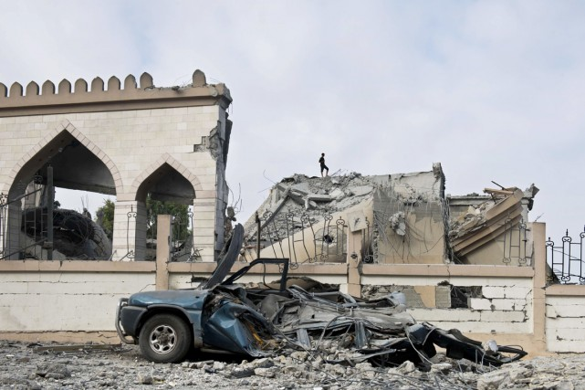 Un homme marche sur les ruines d'une mosquée... (PHOTO ROBERTO SCHMIDT, AFP)