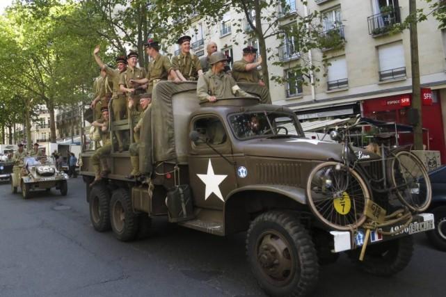 Un parade incluant des véhiculesde la Seconde Guerre... (PHOTO JOHN SCHULTS, REUTERS)