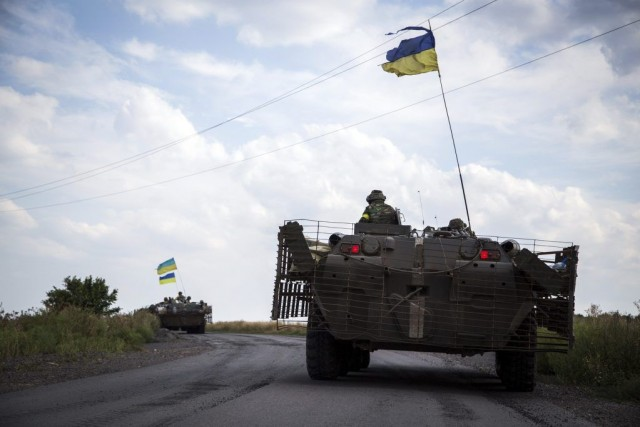 Des chars ukrainiens roulent près deDebaltseve, dans la... (PHOTO OLEKSANDR RATUSHNIAK, AFP)