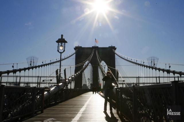 Un touriste russe qui était monté en haut du pont de Brooklyn à New York pour... (Photo: Martin Tremblay, archives La Presse)