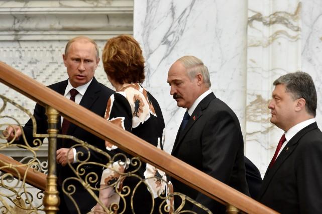 De gauche à droite: le président russe Vladimir... (PHOTO KIRILL KUDRYAVTSEV, AP)
