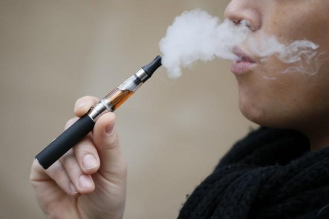 Le marché de la cigarette électronique, pris pour cible mardi par... (PHOTO KENZO TRIBOUILLARD, AFP)