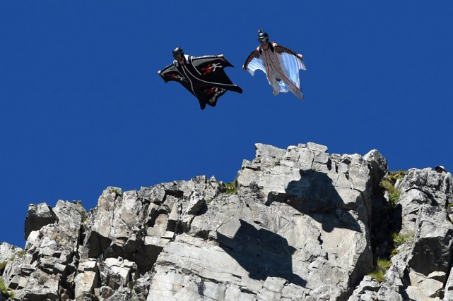 Base jump, Parkour, High, sauts en wingsuit, une... (Photo PHILIPPE DESMAZES, AFP)