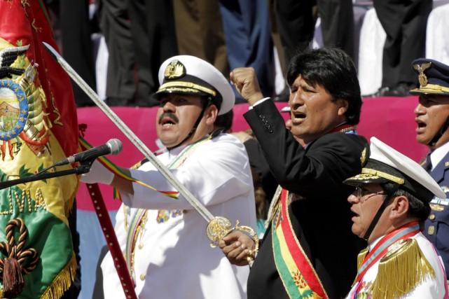 Le président Evo Morales, sabre à la main,... (PHOTO DAVID MERCADO, ARCHIVES REUTERS)