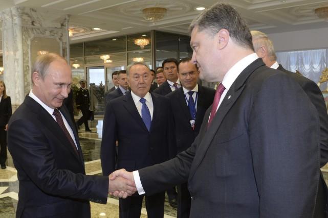 La poignée de main entre Poutine etPorochenko... (Photo Sergei Bondarenko, AP)