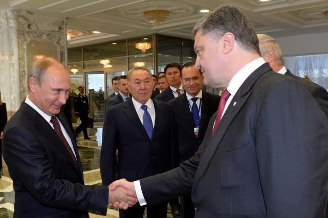 Le président russe Vladimir Poutine (à gauche) et... (PHOTO SERGEI BONDARENKO, ARCHIVES AFP)