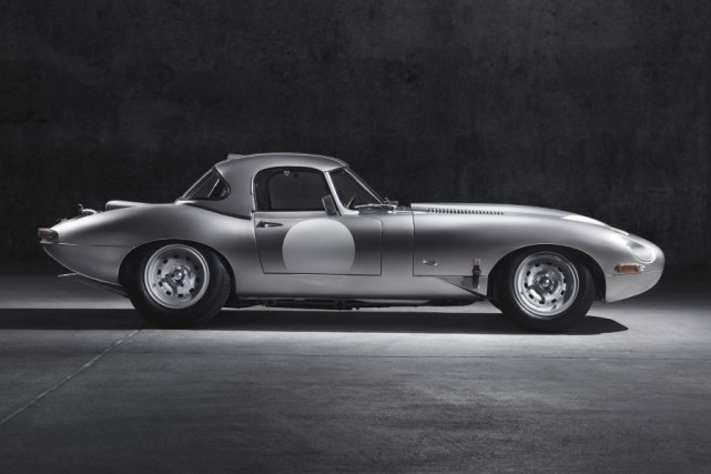 Une des reproductions de la Jaguar E-type Lightweight.... (Photo fournie par Jaguar)