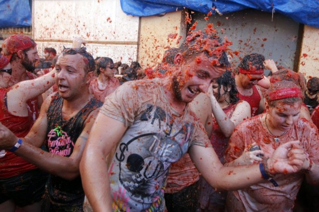 Les habitants de Buñol se mêlaient aux foules... (Photo GABRIEL GALLO, AFP)