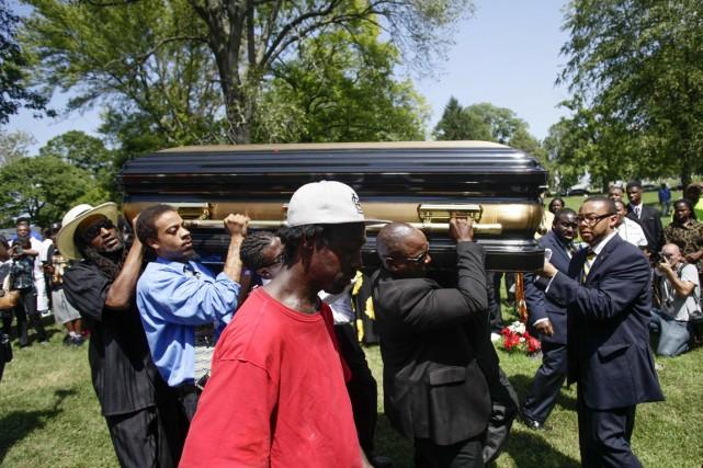 Michael Brown, inhumé lundi, avait été abattu en... (PHOTO JOSHUA LOTT, ARCHIVES REUTERS)