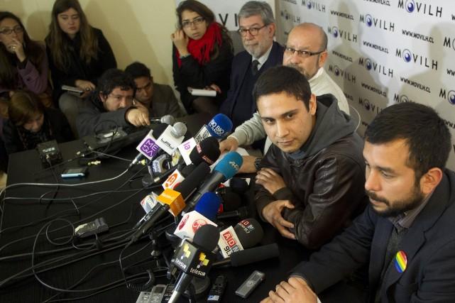 Mauricio Ruiz (centre) est le premier officier chilien... (Photo Claudio Reyes, AFP)