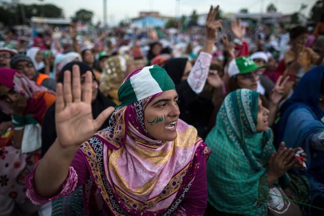 Des partisans sont massés sur devant le Parlement... (Photo Zohra Bensemra, Reuters)