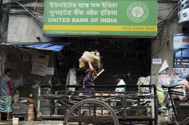 Près de la moitié des 1,2 milliard d'Indiens... (PHOTO DIBYANGSHU SARKAR, AFP)