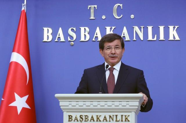 Dans son nouveau cabinet, le premier ministre Ahmet... (PHOTO BURHAN OZBILICI, AP)