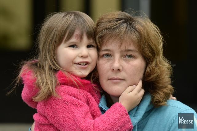 Véronique Shapiro et sa fillette de 3 ans.... (PHOTO BERNARD BRAULT, LA PRESSE)