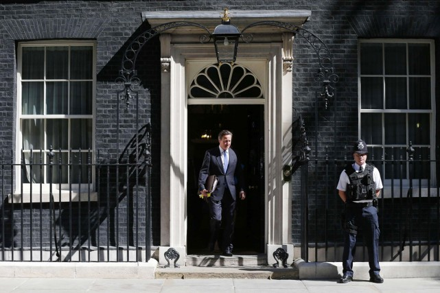 Le premier ministre britannique, David Cameron, quitte sa... (PHOTO SUZANNE PLUNKETT, ARCHIVES REUTERS)