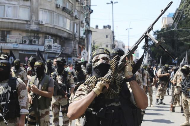 Masqués, arborant tenues militaires kaki et fusils d'assaut... (PHOTO IBRAHEEM ABU MUSTAFA, REUTERS)