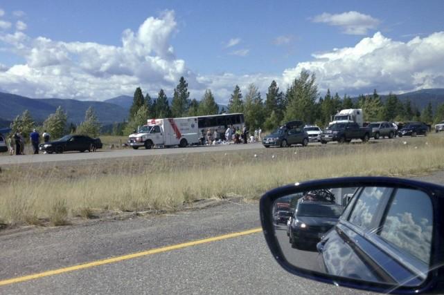 L'autocar transportant 56 personnes s'est renversé, jeudi après-midi,... (Photo PC)