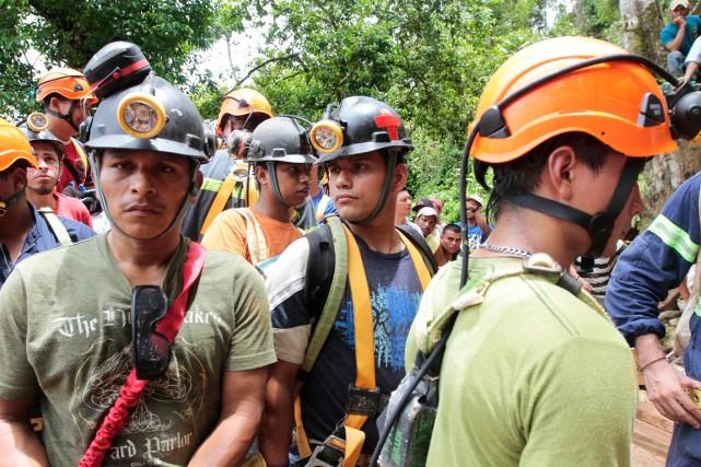 Les équipes de secours travaillent depuis jeudi après-midi... (Photo Oswaldo Rivas, Reuters)