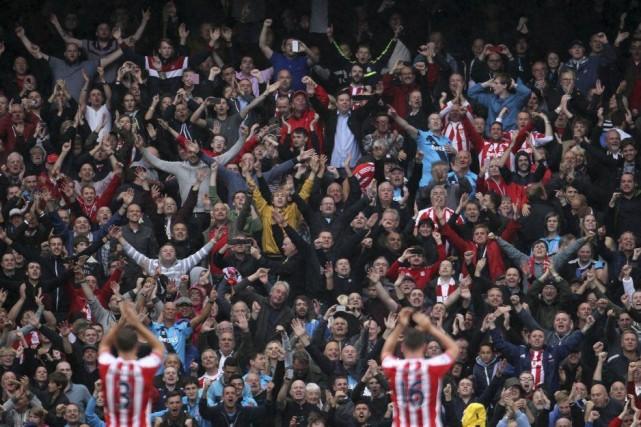 Les fans de Stoke jubilent après la victoire... (Photo Lynne Cameron, AP)