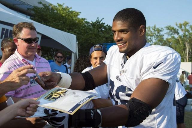 Michael Sam signe des autographes après la pratique... (PHOTO ARCHIVES REUTERS)