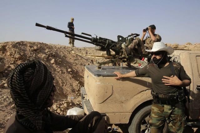 Des combattants kurdes sur la ligne de front... (PHOTO YOUSSEF BOUDLAL, REUTERS)