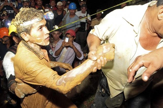 Un mineur est sorti de la mine couvert... (PHOTO OSWALDO RIVAS, REUTERS)