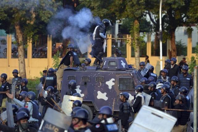 Devant l'afflux de manifestants, dont certains munis de... (PHOTO AAMIR QURESHI, AFP)