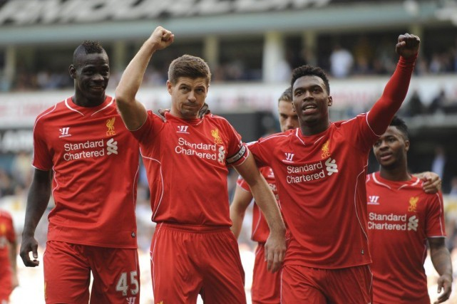 Steven Gerrard (2e à gauche) a marqué le... (PHOTO OLLY GREENWOOD, AFP)