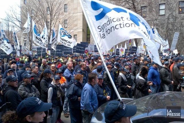 Une manifestation devant le siège social de l'UMQ... (PHOTO ARCHIVES LA PRESSE)