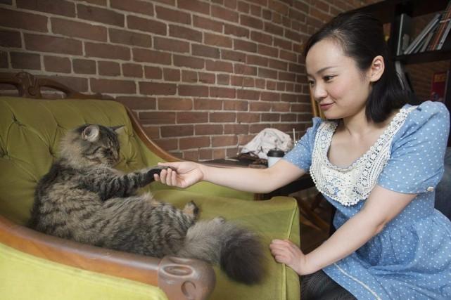 Ansa Mao, de Toronto, serre la patte de... (PHOTO GRAHAM HUGUES, LA PRESSE CANADIENNE)