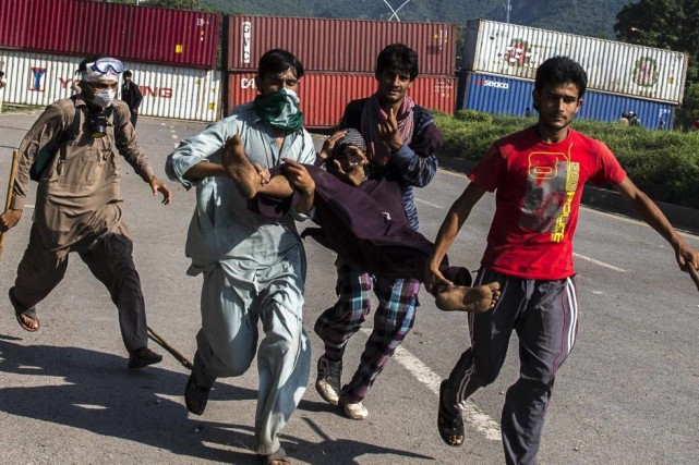 Des partisans de Tahir ul-Qadri, un chef religieux... (PHOTO ZOHRA BENSEMRA, REUTERS)