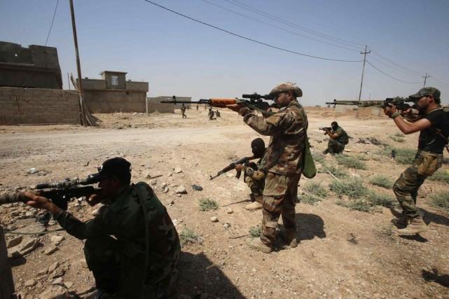 Au nord de Bagdad, les combattants kurdes et... (PHOTO YOUSSEF BOUDLAL, REUTERS)