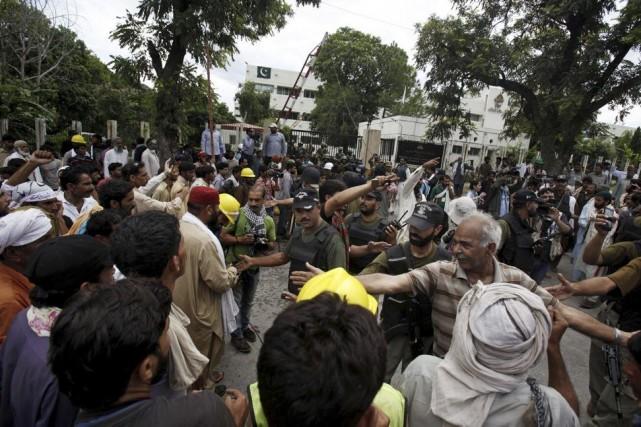 Les manifestants réclament la démission du premier ministre... (Photo Anjum Naveed, AP)
