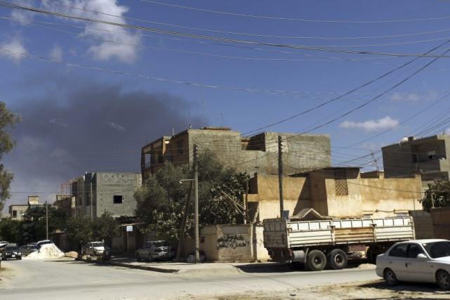 De la fumée est visible au-dessus de bâtiments... (PHOTO ABDULLAH DOMA, AFP)
