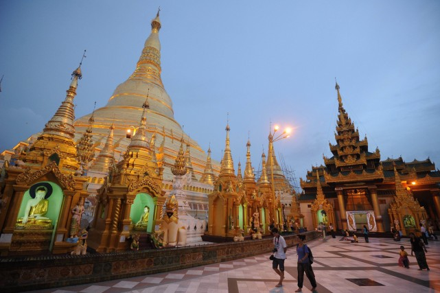 Des touristes visitent lapagodeShwedagon deRangoon.... (PHOTO SOE THAN WIN, ARCHIVES AFP)