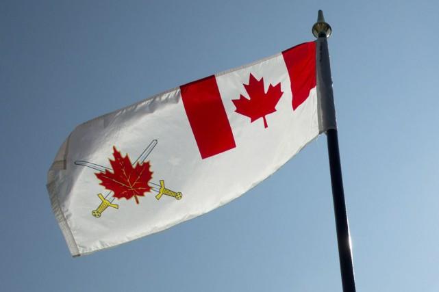 Le drapeau de l'armée canadienne.... (Archives La Presse canadienne)