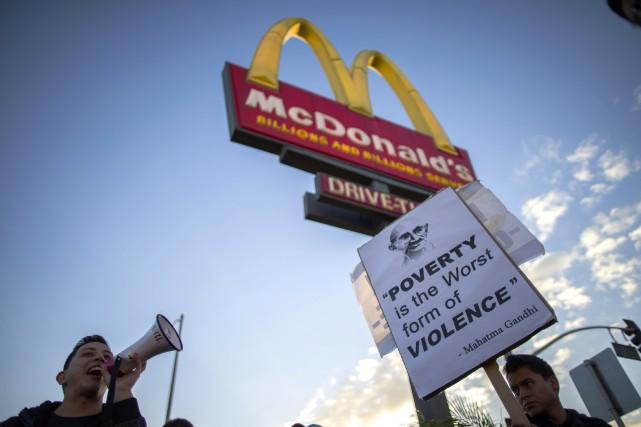Plusieurs employés des fast-foods américains ne gagnent pas... (Photo LUCY NICHOLSON, ARCHIVES REUTERS)