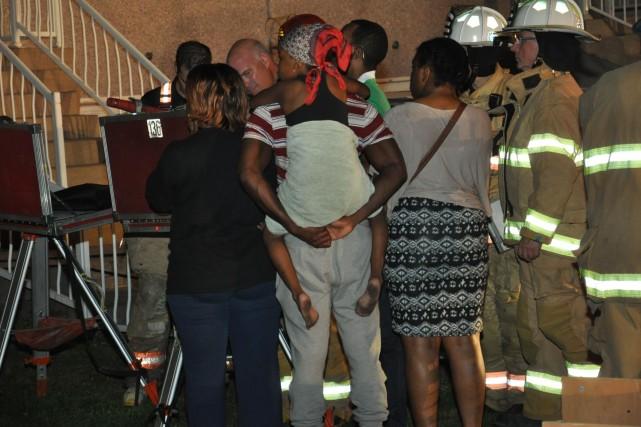 Deux personnes ont été blessées et environ 25 résidants ont été évacués dans... (PHOTO SYLVAIN RYAN, COLLABORATION SPÉCIALE)