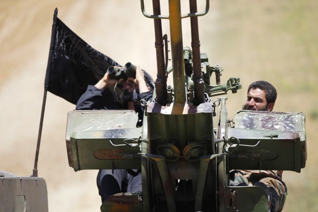 Deux combattants du front Al-Nosra, dans la province... (PHOTO HAMID KHATIB, ARCHIVES REUTERS)