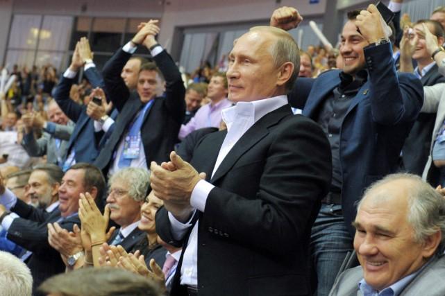 Le président russe Valdimir poutine applaudit alors qu'il... (PHOTO ALEXEY DRUZHININ, ARCHIVES AFP/RIA-NOVOSTI)