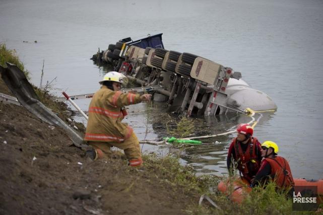 Un camion-citerne s'est renversé dans le fleuve Saint-Laurent... (PHOTO ANDRÉ PICHETTE, LA PRESSE)