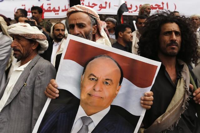 Une manifestation soutenant le gouvernement duprésident yéménite Abd... (Photo Khaled Abdullah, Archives Reuters)