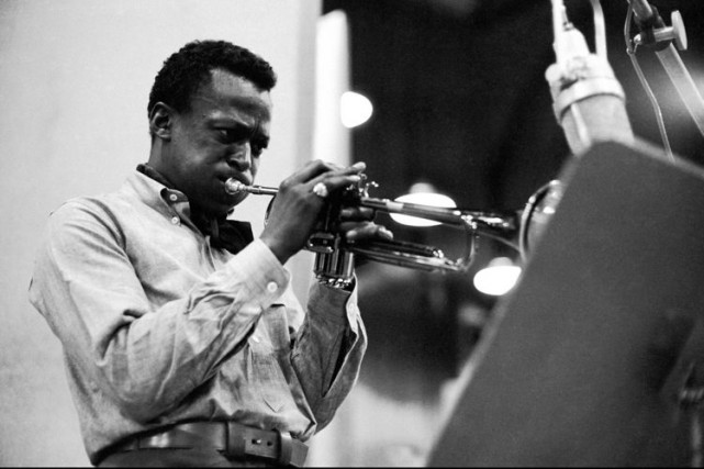 Miles Davis durant l'enregistrement de l'album Kind of... (Photo: archives AP)