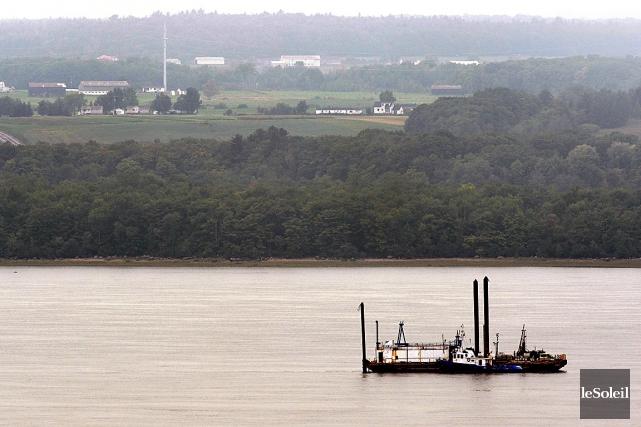 Une barge de TransCanada, installée sur le fleuve... (Photothèque Le Soleil, Patrice Laroche)